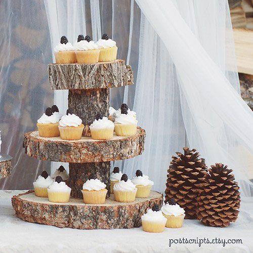 plateau à cupcakes en bois fait avec des tranches d'arbres et des troncs d'arbres