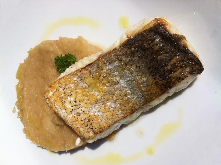 Os presentamos una deliciosa propuesta de nuestro #menú de mediodía  - Merluza con trinxat de la Cerdanya. #WeLoveFish