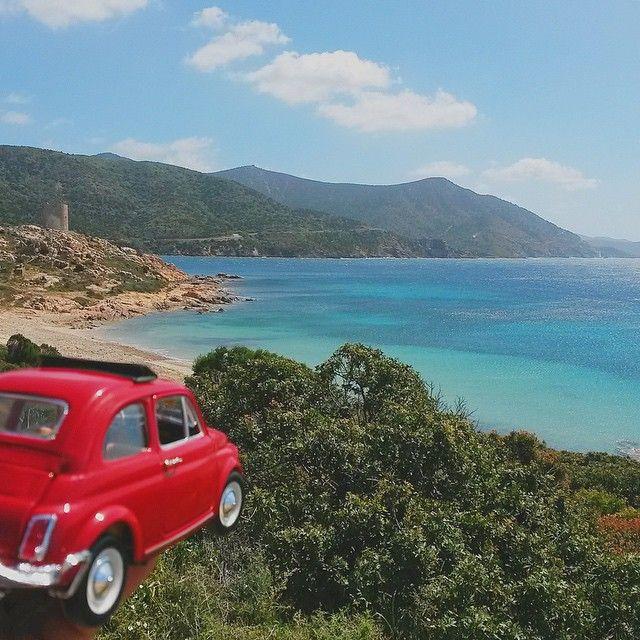 Oggi la #Fiat500 torna al sud, più precisamente a #Teulada (CA). @tacchinobicilindrico ci regala la panoramica di una delle spiagge che si possono ammirare lungo la strada litoranea per Chia e Domus de Maria, meta ambita da turisti e naturalmente dagli affezionati locali. #sardegna #sardinia