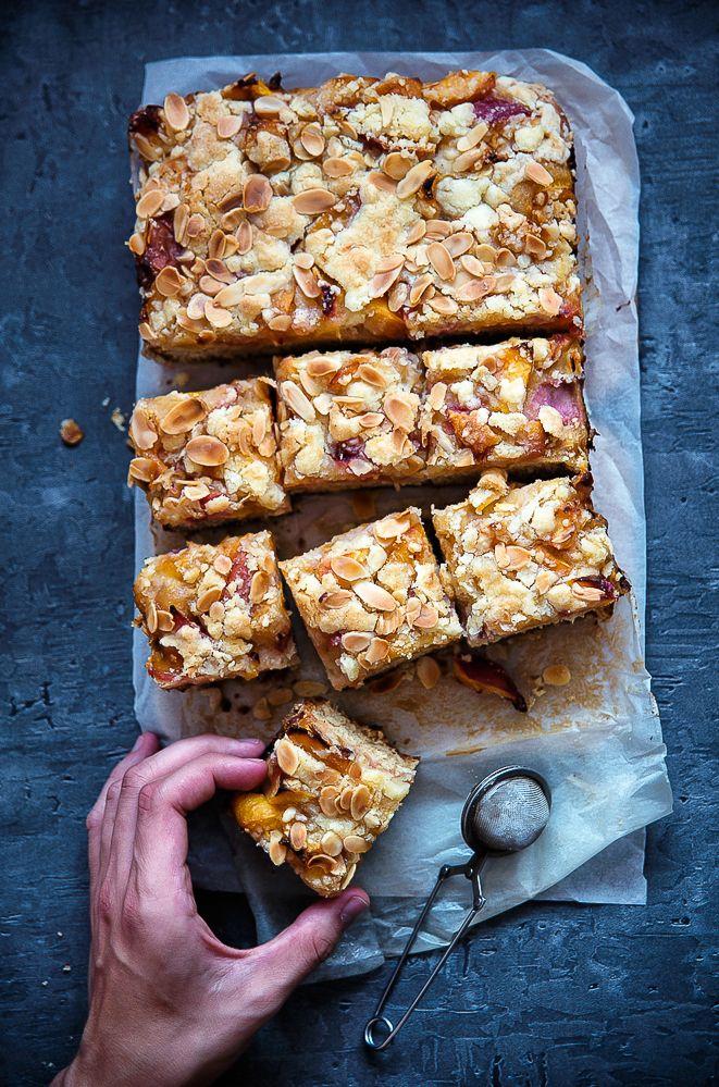 Pełnoziarniste ciasto drożdżowe z brzoskwiniami i kruszonką migdałową