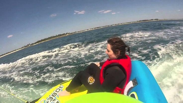 La bouée tractée, c'est le pied!  Embarquez sur une galette gonflable ou une banquette et laissez-vous tracter par le bateau au fil des flots!