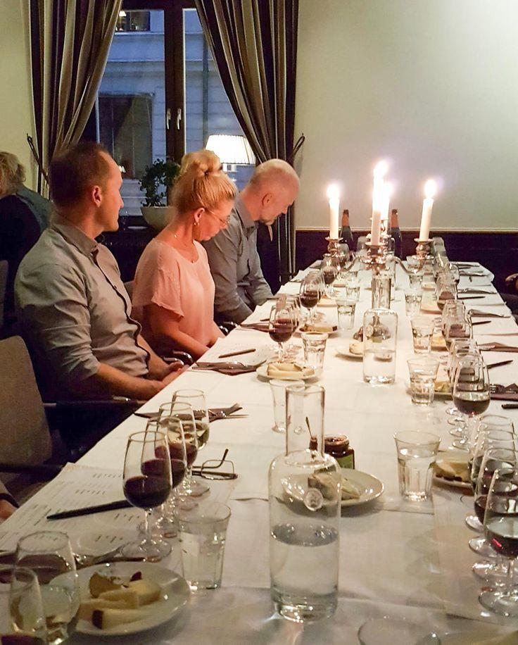 Lördagen den 8 oktober var det ett stort och härligt gäng som träffades på Elite Grand Hotel i Gävle för en ost och vinprovning. I hotellets mysiga miljö var det uppdukat med fem olika ostar på tallrikarna och fyra olika viner upphällda i glasen. Vi var alla redo för att lära oss mer om smakkombinationer och hitta nya favoriter. Kombination 1: Delice de Bourgogne och Vallformosa Mistinguett Cava NV Délice …
