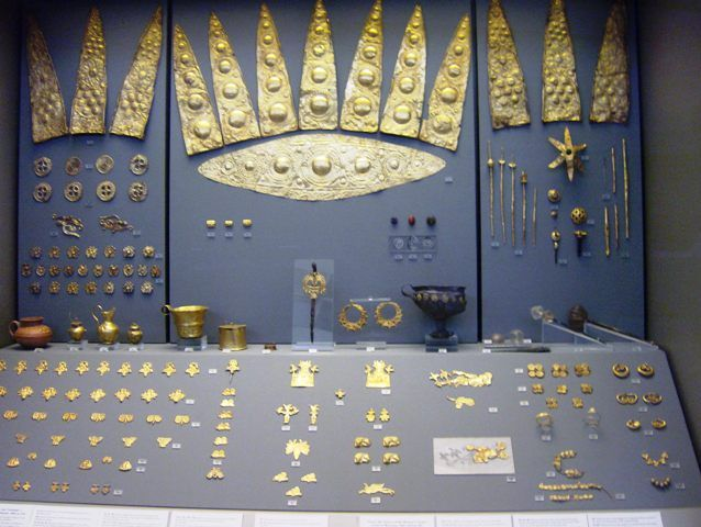 Όχι μόνο τον πλούτο του υλικού αλλά και την τέχνη του μάστορα. Στο κέντρο και πάνω διακρίνεται ένα χρυσό διάδημα. Ποιος άραγε το φόραγε; Χρονολογείται από τον 16ο αιώνα π. και βρέθηκε στις Μυκήνες (