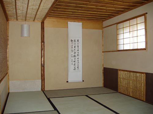 Chashitsu-La stanza del tè: si notino il pavimento composto di tatami e sul fondo il tokonoma. La semplicità del luogo è in linea con lo zen.
