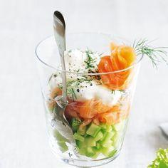 Besonders edel (und perfekt als Vorspeise für Ihre Gäste) wirkt dieser Salat, wenn Sie in, wie hier, in einem hübschen Glas servieren.