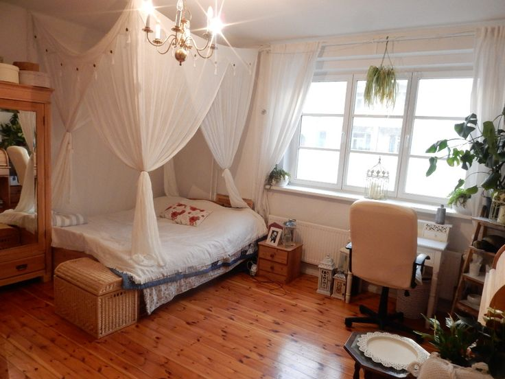 WG Zimmer Mit Kronleuchter Und Himmelbett. #WGZimmer #Schlafzimmer # Einrichtung #Einrichtungsidee