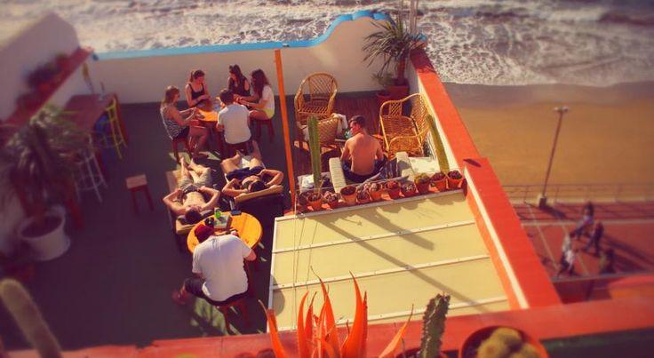 Terrazza solarium vista oceano all'HiTide Hostel di Las Palmas de Gran Canaria...l'ideale relax dopo una giornata di surf! #canarie