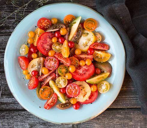 Enkel tomatsalat med olivenolje, salt og pepper. Sikkert fantastisk godt med noen friske urter, vil i alle fall gjøre seg veldig godt på bilder.