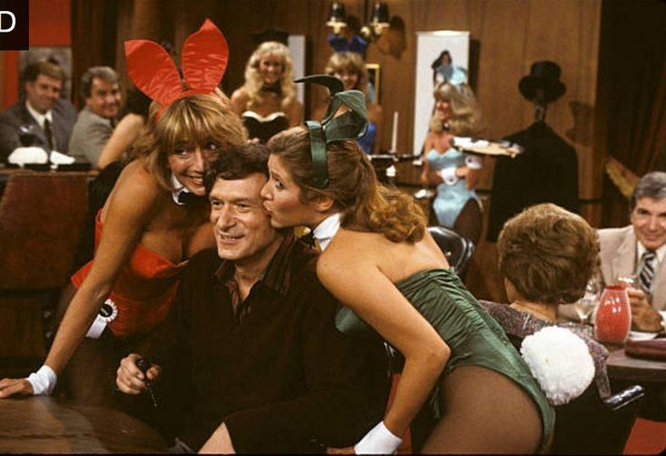 Hugh Hefner with Playboy bunnies Penny Marshall and Carrie Fisher 1982 http://ift.tt/2wXun3w