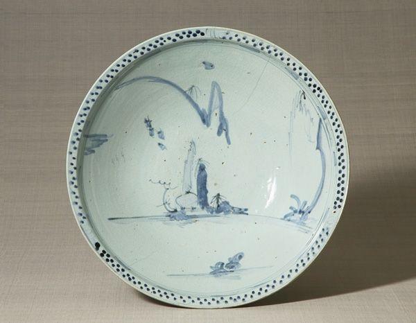 Bowl with landscape design, cobalt blue under glaze. Edo period, 17th century. Imari, Japan. 13.5×47.7 cm. No.402.