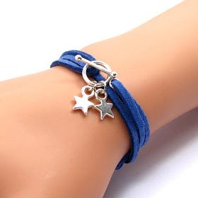 Tout est dans le petit nœud coulissant! Un moyen tout simple de réaliser un bracelet à breloques ajustable .