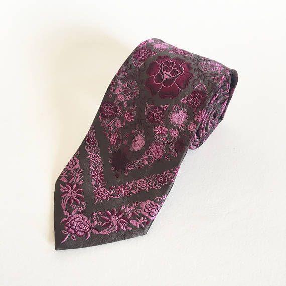 Cravate vintage. Christian Lacroix. Cravate de soie. Cravate pour homme. Floral cravate. Cravate de mariage. Cravate concepteur des hommes. Cravate Vintage. Cravate mauve
