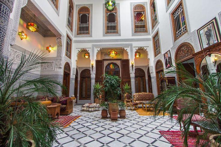 em Fez, Marrocos.  Em uma decoração tradicional marroquina, uma sala de luxo, situado no primeiro andar. Podia ser usado como duplo ou twin. Uma cama pintados à mão se manifesta no coração da sala, combinando o feito à mão mesa, cadeira e armário.