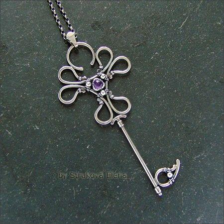 Лёгкий, изящный кулон в виде стилизованного ключа.