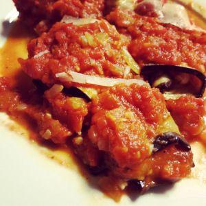 Geroosterde aubergines gevuld met mozzarella zijn echt heerlijk. Maak verse tomatensaus en doe ze erop. Werk af met wat verse parmezaanse kaas. Dit is ook lekkerTian van mozzarella, courgette, aubergine en tomaat van Pascale NaessensAuberginegratin met mozzarellaaubergine, mozzarella en kerstomaten met yoghurtdressingItaliaans gevulde kalfslapjes met pasta pomodoroAubergine-geitenkaasrolletjes met kerstomatensaus