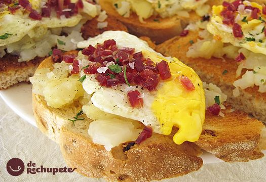 Tostas, una de las tapas más famosas de la cocina española. En este caso de huevos de codorniz, patatas confitadas, cebolla caramelizada y jamón...de rechupete. ¿Quién se resiste?