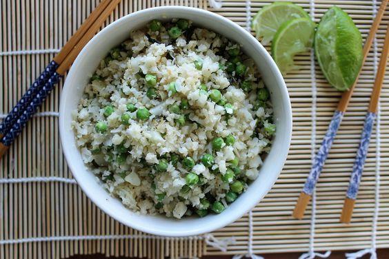 Gezond en makkelijk recept voor Bloemkoolrijst met doperwten, koriander en limoen. De perfecte vervanger voor gewone rijst. Meer groente op je bord hooray!
