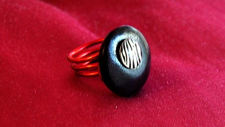anello con giro in alluminio rosso e bottone nero in pelle con bottoncino zebrato €10,00 Bigiotteria artigianale