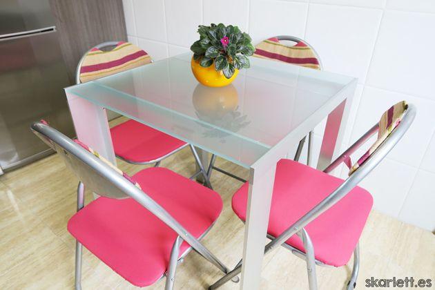 Mira cómo tapizar unas sillas y dejarlas como nuevas en un santiamén