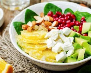 Salade citronnée avocat, épinards, orange, grenade et amandes pour petit déjeuner spécial régime citron : http://www.fourchette-et-bikini.fr/recettes/recettes-minceur/salade-citronnee-avocat-epinards-orange-grenade-et-amandes-pour-petit