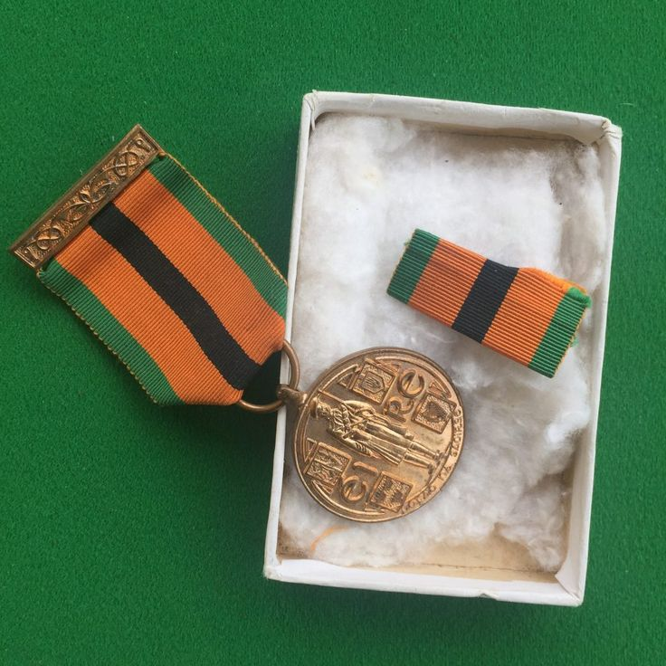 Irish War of Independence Survivors medal with ribbon bar and box of issue with green lid