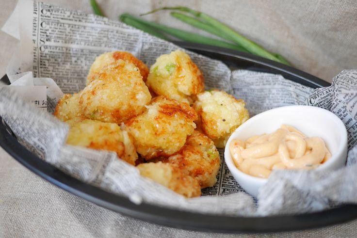 Det här är ett fantastiskt gott tillbehör som påminner om potatiskroketter, fast gjord på blomkål och smakrik Västerbottensost.