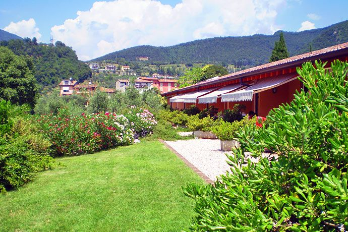 Agriturismo Renzano - Salò ... Garda Lake, Lago di Garda, Gardasee, Lake Garda, Lac de Garde, Gardameer, Gardasøen, Jezioro Garda, Gardské Jezero, אגם גארדה, Озеро Гарда ... Welcome to Farm Holiday Renzano Salò. Renzanois a simple small village in a hilly area at 185 metres of altitude and just 900 metres from Salò town and Garda Lake (15 min on walk about).The area istemperate in winter while in the the summer evenings enjoy the cool bre