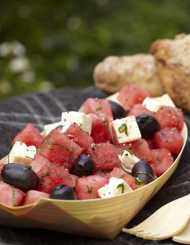 Vandmelonsalat er den perfekte sommersalat - frisk og virkelig nem at lave. 4 ingredienser og lidt dressing - så har du et ægte sommerhit på middagsbordet.
