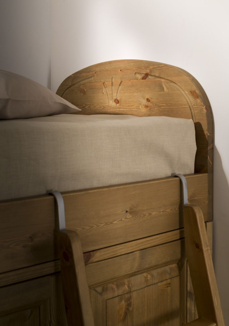 Particolare - Letto a soppalco interamente in legno massiccio.   www.demarmobili.it   #wood #furniture #bedroom #design #madeinitaly #ladder #country