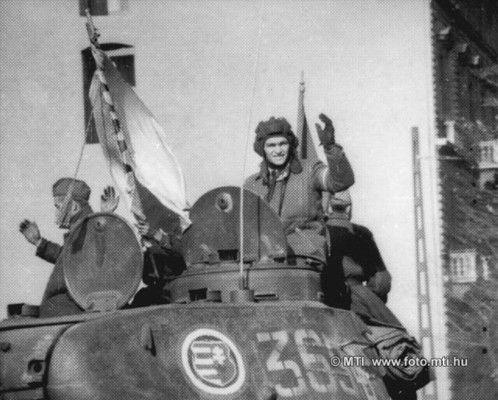 Budapest, 1956. november 3. A honvédség páncélosai a pesti utcákon: egy T-34-es, lövegtornyán a Kossuth-címerrel. MTI Fotó: Munk Tamás