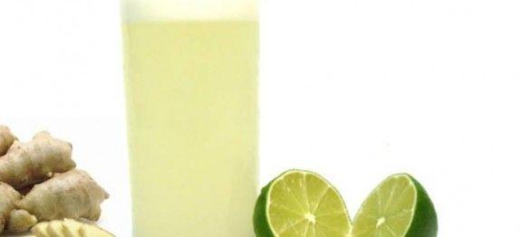 ½ limão  - 300 ml de água  - 1 colher (sopa) de gengibre em pedaços ou ralado  - Gelo a gosto  - Folhas de hortelã