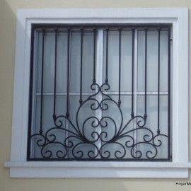 Herrería artística en ventana bien equilibrada mezclando lineas rectas y un diseño creativo #artesaniasenhierro