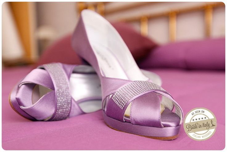 I love violet bridal shoes by Guido La Rocca. Ph Fibre di Luce http://www.brideinitaly.com/2013/11/fibrediluce-urbino.html #italianstyle #wedding