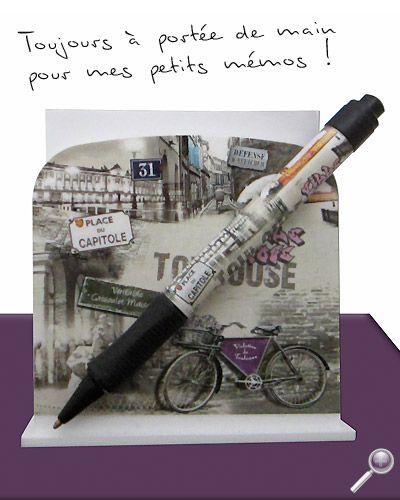 Astucieux & pratique le porte bloc-notes et stylo aux couleurs de Toulouse. Un numéro de téléphone à noter rapidement ? Une adresse, une info ? Plus besoin de chercher stylo et papier... Vous avez tout sous la main avec ce support à bloc-notes accompagné de son stylo bille.