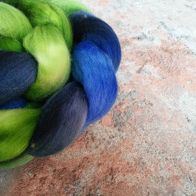 Cheviot is a fun wool to spin. Being a downy style the resulting yarn is super bouncy and strong perfect for a pair of socks! This stuff also needle felts like a champion  … #Cheviot #combedtops #handspinner #handspun #handspunyarn #spinnersofinstagram #handdyed #handdyedfleece #raxor #bluefleece #greenfleece #handdyed #idyedthis #handmademelbourne #