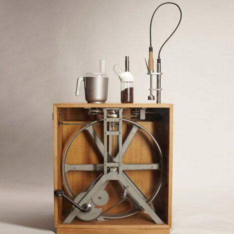 Créé par un étudiant designer allemand Christoph Thetard, le  R2B2 est un ensemble d'appareils de cuisine  (mélangeur à main, moulin à café, robot culinaire) s'adaptant sur un appareil en bois contenant un mécanisme d'entraînement à pédales.