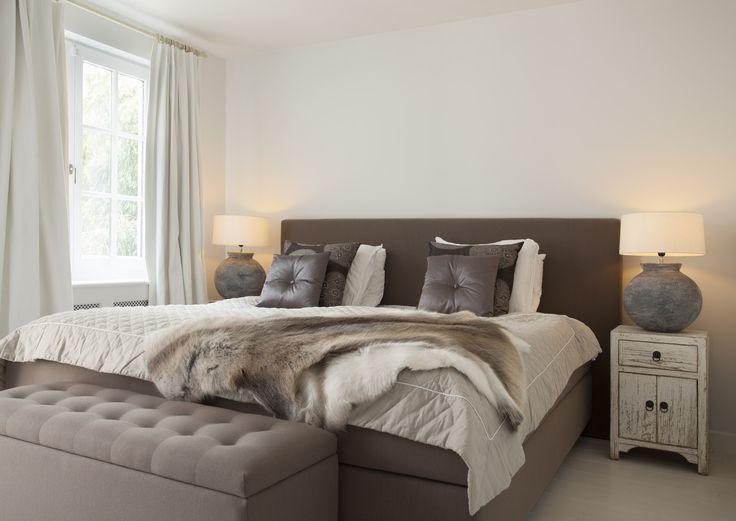 De kleuren die in de woonkamer zijn gebruikt zijn ook doorgevoerd in de slaapkamer. Het resultaat is een knusse slaapkamer waarin natuurtinten en natuurlijke materialen de basis vormen | Nano Interieur