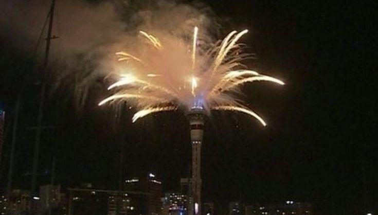 A salutare per prima il nuovo anno è la Nuova Zelanda, seguita a ruota da Sydney, Tokio e Singapore. In Europa la mezzanotte scocca in contemporanea a Roma, Parigi e Berlino; mentre New York, Los Angeles e le isole Hawaii chiudono i festeggiamenti. Ecco come il mondo saluta l'arrivo del 2015