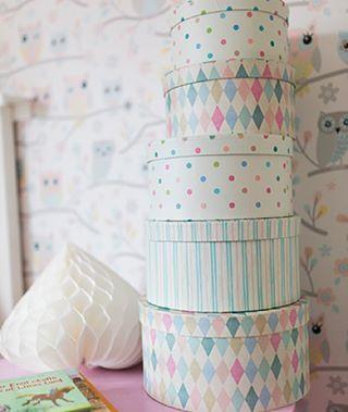 Underbara hattaskar perfekt och snygg förvaring i barnrummet! Välkommen in till thefashionroom.se för att klicka hem dessa idag. #barnrum #barnrumsinspo #inspo #interiör #interior #inredningsbutik #ask #hattaskar #barnrum #kids #kidsroom #inredningsdesign #posters #prints #barninredning #inredningsdetaljer #thefashionroomse #webbutik #ehandel