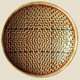 Essa cesta tigeliforme é considerada pelos artesãos baniwa a mais trabalhosa, especialmente pelo acabamento que requer o beiral; há vários tipos de acabamento: em arumã natural ou apenas raspado, sem tingimento; ou com grafismos coloridos, marchetados em uma ou nas duas faces.