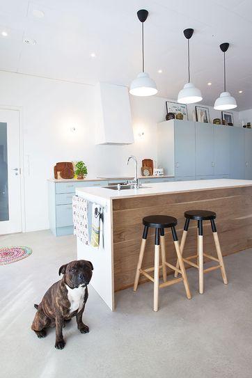 Talo kahdelle -blogin Helena maalasi keittiön seinät ja liesituulettimen kuvun raikkaan valkoiseksi. Lue vinkit kestävien pintojen toteutukseen keittiössä.