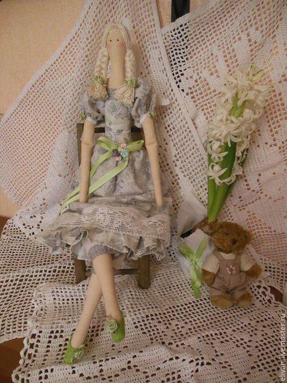 Фея Роза в тумане. Фея в платье из утреннего тумана. только весной бывают такие серебряные краски. только весной мы ждем зелени и радуемся первым цветам. кукла выполнена из коллекционного хлопка. украшение - розы ручной работы из атласной ленты. вы ее получите в мешочке из органзы с атласным бантом. к кукле можно заказать подставку.