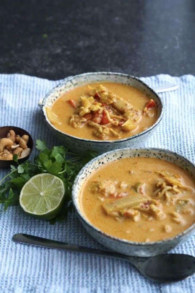 Thai-suppe. 3 gulerødder (ret store) 1 porre 1 løg (jeg brugte skalotte) 3 store fed hvidløg 1 peberfrugt frisk ingefær (jeg brugte en lille rod på ca. 2 cm) en lille dåse bambusskud (120 g – i drænet vægt) 400 g. kyllingefilet 1 bouillonterning + 8 dl vand 2 dåser kokosmælk 4 tsk rød karrypaste (på glas) 4 spsk karry 6 spsk soya 4 spsk fiskesauce 6 spsk kokossukker evt. nudler,(vi brugte grove nudler)