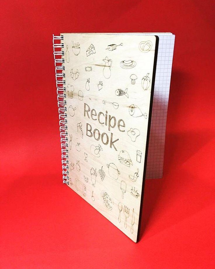 Шикарная кулинарная книга для Ваших лучших рецептов. Выполнена из очень качественного материала, благодаря которому стает неуязвима для кухонного быта!