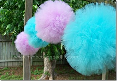 Tulle Pom Poms Tutorial: These DIY full and pretty pom poms made of tulle are a perfect decoration for a birthday party, a babyshower, or any other celebration.