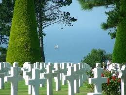 Pénétrez dans le cimetière américain de Colleville et déambulez entre les tombes de ces courageux jeunes soldats qui reposent face à la mer - Normandie - FRANCE