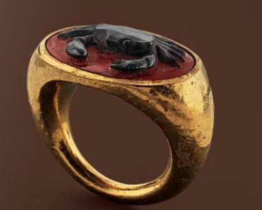 Złoty pierścionek z kameą kraba, Starożytny Rzym, I wiek naszej ery.
