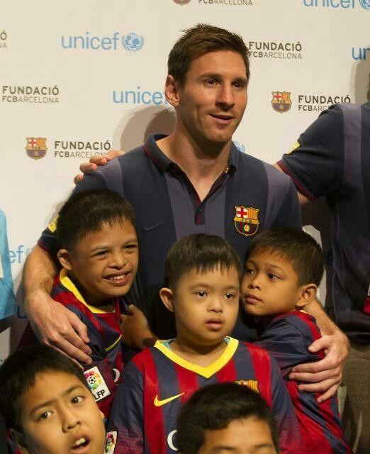 Messi con sus compañeros en Tailandia visitandos niños enfermos!