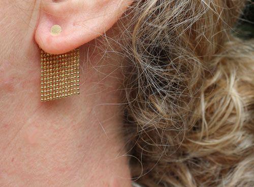 Øreringe med kuglekæde i forgyldt messing