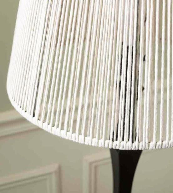 Een lampenkap restylen met katoen. Lijkt me niet erg moeilijk om te maken.  Gevonden op Pinterest.com